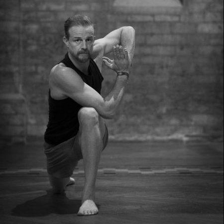 Easy flow yoga met nadruk op schouders